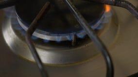Mettez en marche la cuisini?re ? gaz Plan rapproch? Mouvement lent banque de vidéos