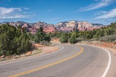 Mettez en marche la route avec la vue des formations de roche rouges de Sedona en Arizona, Etats-Unis photographie stock libre de droits