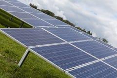 Mettez en place avec l'énergie de substitution bleue de piles solaires de silicion Images libres de droits