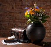 Mettez en place les fleurs, la vieille boîte, l'arme à feu et les dollars Image stock