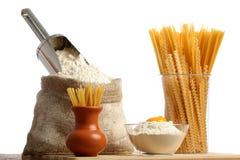 Mettez en sac avec de la farine et des macaronis images stock
