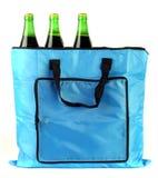 Mettez en sac avec des boîtes de bière d'isolement sur le blanc Photo stock
