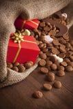 Mettez en sac avec des festins, pour des vacances néerlandaises traditionnelles 'Sinterklaas' photos stock