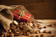 Mettez en sac avec des festins, pour des vacances néerlandaises traditionnelles 'Sinterklaas' Photo stock