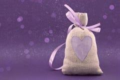 Mettez en sac avec un coeur peint sur le fond brillant Photographie stock