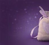 Mettez en sac avec un coeur peint sur le fond brillant Le DA de Valentine Photos libres de droits