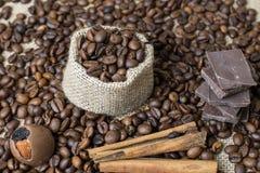 Mettez en sac de renvoyer et d'un morceau de ficelle, sur les grains de café Photos stock