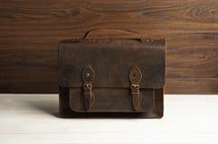 Mettez en sac la serviette pour des hommes d'homme d'affaires, sac brun en cuir sur un fond en bois Mode du ` s d'hommes, accesso Photos stock