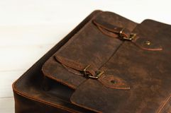 Mettez en sac la serviette pour des hommes d'homme d'affaires, sac brun en cuir sur un fond en bois Mode du ` s d'hommes, accesso Photographie stock libre de droits