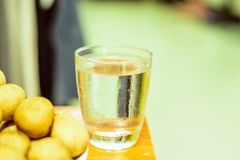 Mettez l'eau dans un verre et un fruit propres images libres de droits