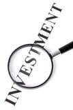Mettez l'investissement et la loupe en vedette Image stock