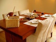 Mettez la table avec les tapas espagnols servie Image libre de droits
