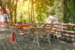 Mettez la table de roche dans la forêt Images stock