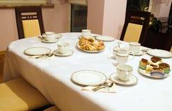 Mettez la table pendant le temps de thé et de café Images libres de droits