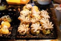 Mettez le feu à faire cuire la combustion pour le ` de poulpe de bébé de ` dans des boules de Japonais de Takoyaki photo stock