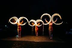 Mettez le feu à l'exposition et aux beaucoup de les étincelles lumineuses pendant la nuit image libre de droits