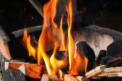 Mettez le feu à la flamme chaude sur le charbon de bois de fourneau pour la cuisson Photos libres de droits