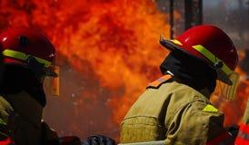 Mettez le feu à la formation d'école avec le feu et le pompier vivants Photos stock