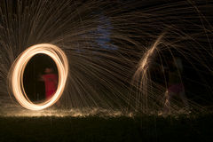 Mettez le feu à POI, laine en acier flamboyante tournant, étincelles Photographie stock libre de droits