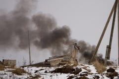 Mettez le feu au burning et à la fumée noire au-dessus de l'usine images libres de droits
