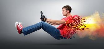 Mettez le feu au conducteur de voiture d'homme dans enfilé de gants avec une roue Photos stock