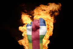 Mettez le feu au poing avec le drapeau national de la république centrafricaine Photos stock