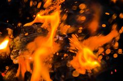 Mettez le feu aux flammes avec des étincelles sur un fond noir Images libres de droits