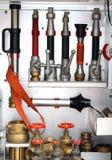 Mettez le feu aux lances des camions des sapeurs-pompiers pendant un exercice contre l'incendie Photos stock