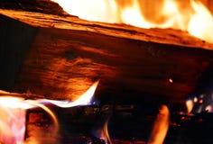 Mettez le feu, bois et ouvrez une session le feu, flammes en four photographie stock libre de droits