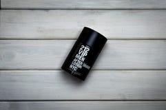 Mettez le paquet en bouteille du parfum de Carolina Herrera pour les hommes après rasage Images libres de droits