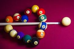 Mettez les boules en commun de billard dans une forme de coeur sur la table de feutre de rouge Photographie stock libre de droits