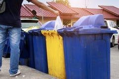 Mettez les déchets en plastique dans les déchets photographie stock