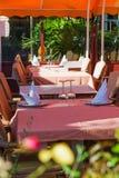 Mettez les tables à la salle à manger extérieure Photographie stock libre de droits