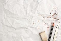 Mettez un crayon sur le papier chiffonné Images libres de droits