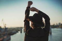 Mettez vos mains dans le ciel images libres de droits