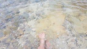 Mettez vos pieds dans l'eau froide Photographie stock libre de droits