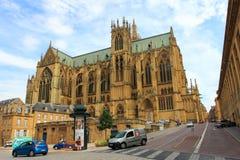 METZ, FRANCJA, LIPIEC 26, 2013: Metz gothic ruch drogowy w starym miasteczku i katedra Fotografia Stock
