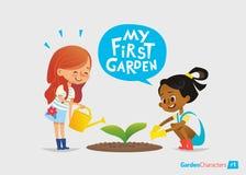 Meu primeiro conceito do jardim As crianças bonitos importam-se com plantas no quintal Educação adiantada, atividades exteriores  Fotografia de Stock