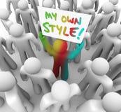 Meu próprio do estilo de Person Holding Sign Crowd Standing Un diferente para fora Foto de Stock Royalty Free