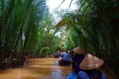 Meu Tho, Vietname: Turista no cruzeiro da selva do delta de Mekong River com os barcos de enfileiramento não identificados do cra fotos de stock