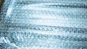 Meubilair in een doos wordt ingepakt die voorraad Meubilairproductie Verpakking van meubilaircomponenten die op aan vervoer binne stock videobeelden
