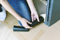 Meubilairassemblage, Vrouw die het handboek van de meubilairassemblage bekijken stock foto's