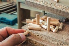 Meubilairmontage, houten pennen, bevestigingsmiddelverbinding op spaanplaatwerkstukken, close-up royalty-vrije stock afbeelding