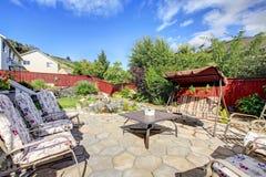 Meublé de retour patio avec l'eau courante et le décor de jardin photographie stock libre de droits