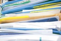 Meuble d'archivage avec des papiers photographie stock