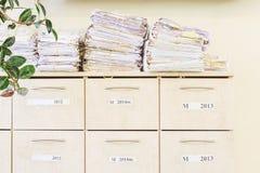 Meuble d'archivage et une pile de vieux papiers Image stock