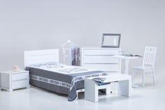 Meubles blancs de chambre à coucher Images stock