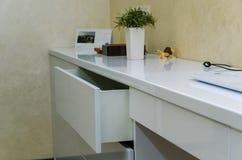 Meubles blancs modernes avec des tiroirs sans poignées dans l'intérieur à la maison photos libres de droits