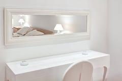 Meubles blancs modernes la chambre à coucher. images libres de droits