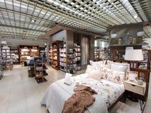 Meubles, décorations et articles de ménage au magasin de Zara Home Romania image stock